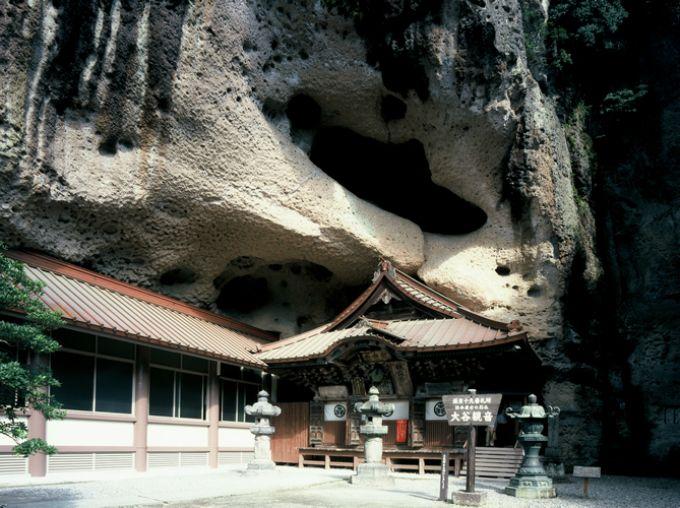 日本最古の石崖仏が持つ神秘空間「大谷寺」