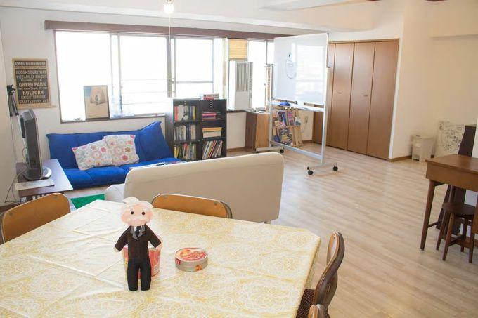広いリビングで他の滞在者との交流も/名古屋市